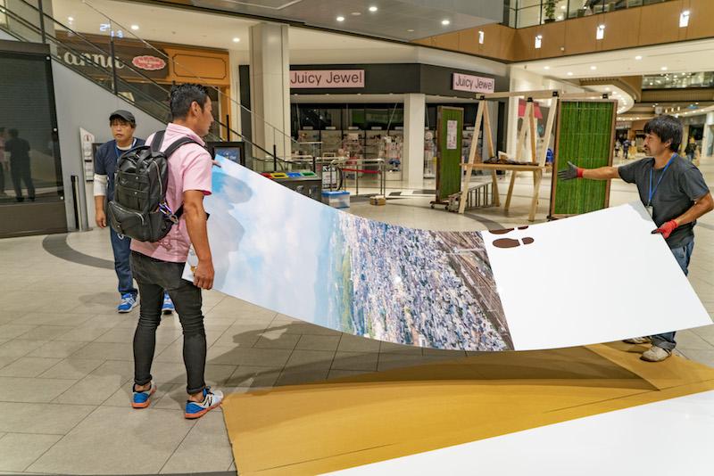 桂川イオンにドローン撮影看板搬入
